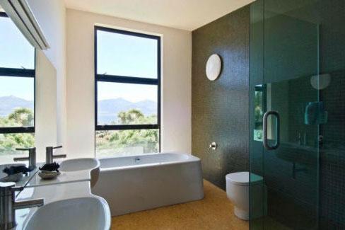 Łazienki - wyposażenie wnętrz - Łazienka z oknem na świat